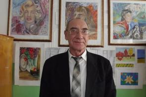 Туганов Н.В. на фоне работ своих учеников